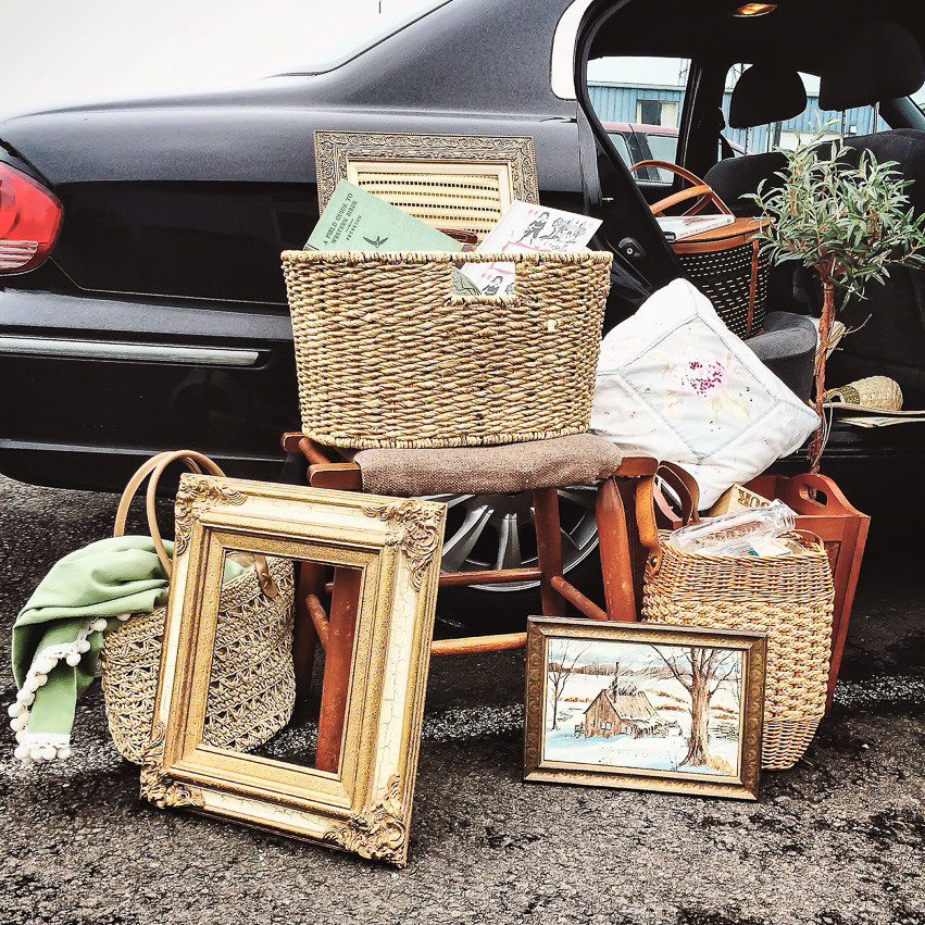 What to Pack When Shopping Yard Sales