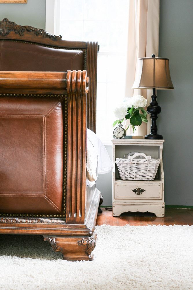 Look at the detail on that sleigh bed!