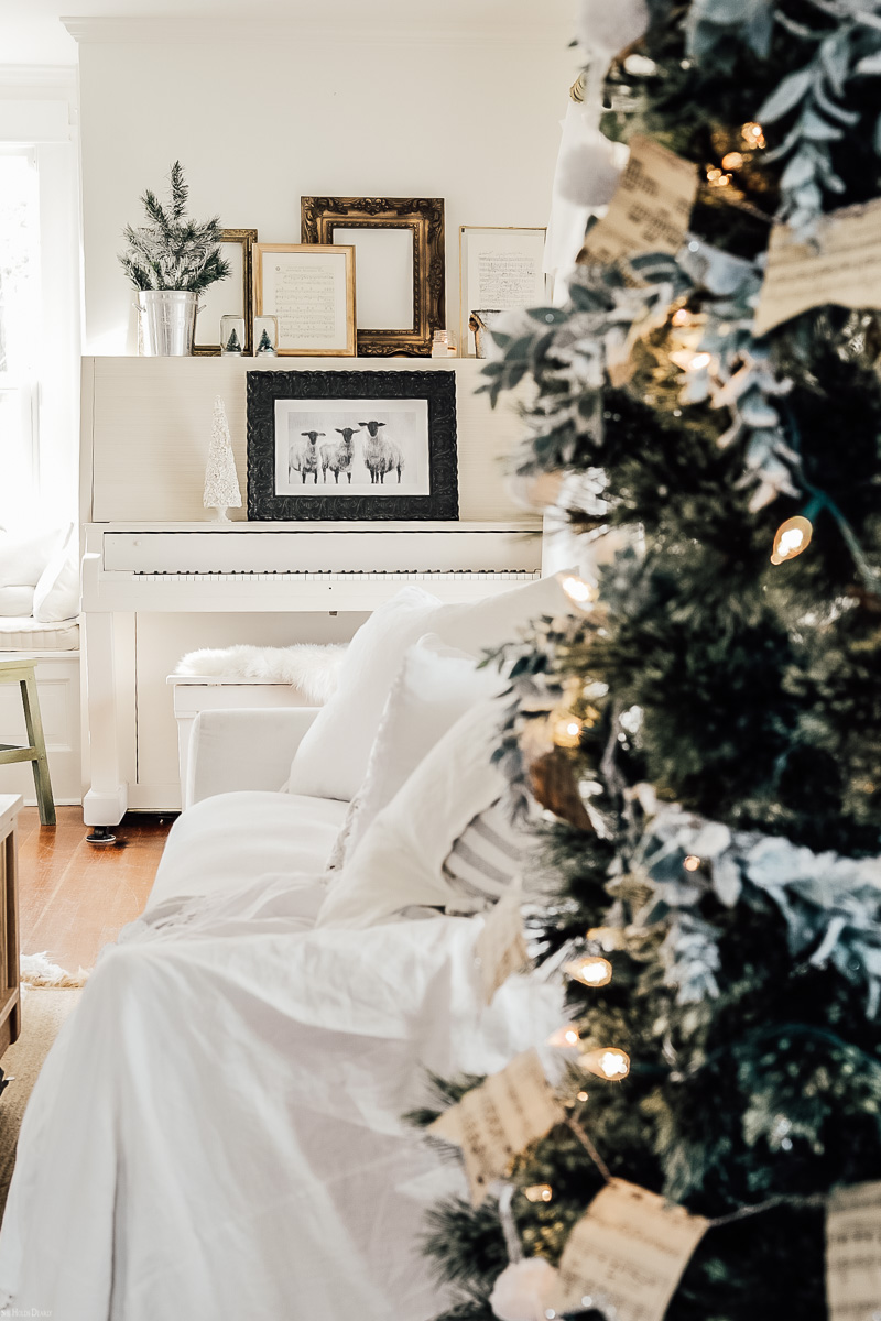 Christmas Farmhouse Living Room Decor Ideas by sheholdsdearly.com