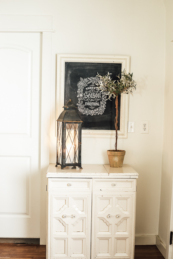 Farmhouse Christmas Decor Ideas by sheholdsdearly.com
